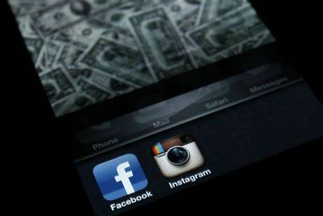 A photo illustration shows the applications Facebook and Instagram on the screen of an iPhone in Zagreb April 9, 2012. Foto: Antonio Bronic / Reuters