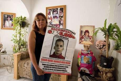 Marisela Escobedo sosteniendo un cartel con la foto de Sergio Barraza, presunto asesino de su hija, el 14 de octubre del 2010. Foto: AFP