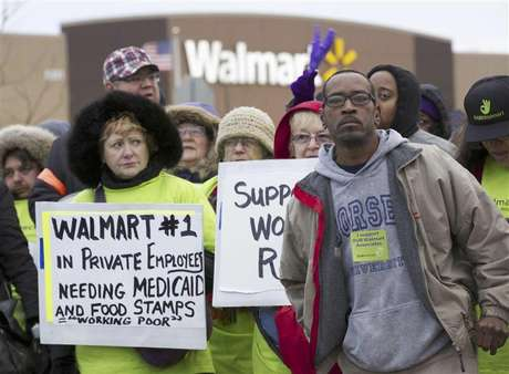 Protesters demonstrate outside a Walmart store in Chicago November 23, 2012. Black Friday, the day following the Thanksgiving Day holiday, has traditionally been the busiest shopping day in the United States. Foto: John Gress / Reuters