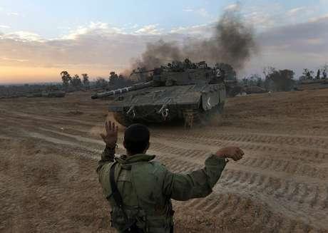 Un soldado israelí guía a un tanque hacia una nueva posición cerca de la frontera con la Franja de Gaza, en el sur de Israel, el jueves 22 de noviembre de 2012.  Foto: AP