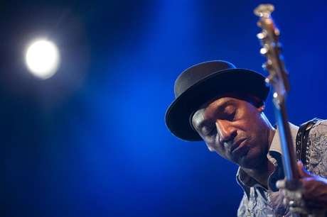 U.S. jazz bassist Marcus Miller performs onstage during the tribute to Miles Davis evening at the 45th Montreux Jazz Festival in Montreux July 13, 2011. Foto: Valentin Flauraud / Reuters
