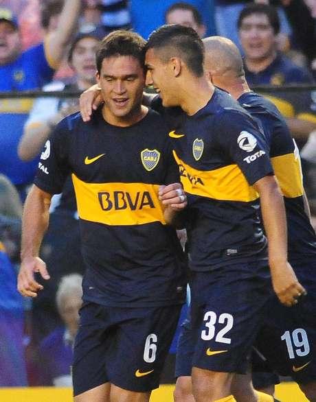 Caruzzo y Paredes, los autores de los goles Xeneizes, se abrazan. Foto: Foto Baires.