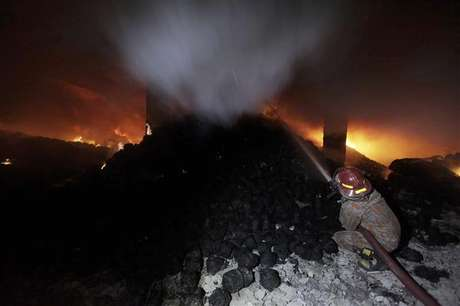 A worker calls for help as he is trapped in an 11-storey garment factory building where a fire had broken out, in the suburb of Uttara in Dhaka November 26, 2012. Foto: Stringer / Reuters