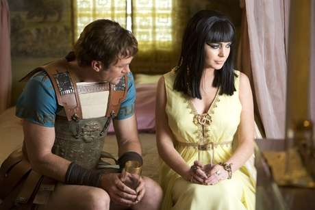 "Grant Bowler as Richard Burton (L) and Lindsay Lohan as Elizabeth Taylor (R) in a publicity image for the Lifetime Original Movie, ""Liz & Dick"" Foto: AP"
