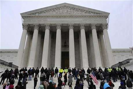 Police form a line after arresting demonstrators on the steps of the U.S. Supreme Court building, on the anniversary of the Citizens United decision, in Washington, January 20, 2012. Foto: Jonathan Ernst / Reuters