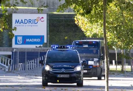 Vehículos de Policía abandonan el Madrid Arena. Foto: AFP
