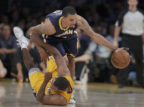 George Hill, de los Pacers de Indiana, de pie, captura un balón perdido sobre Chris Duhon, de los Lakers de Los Angeles, en la segunda mitad del partido en Los Angeles, el martes 27 de noviembre de 2012. Los Pacers ganaron 79-77. Foto: Jae C. Hong / AP