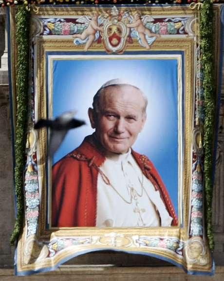 Imagen de Juan Pablo II cuando recibió la beatificación en mayo del 2011. Foto: AP