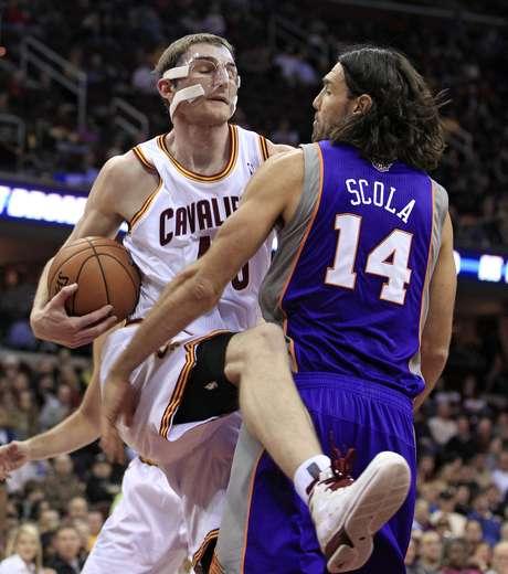 La escuadra de Phoenix impuso su fuerza abajo del tablero ante Cavaliers. Foto: AP Images