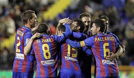 Los jugadores del Levante celebran el primer gol de su equipo. Foto: EFE en español