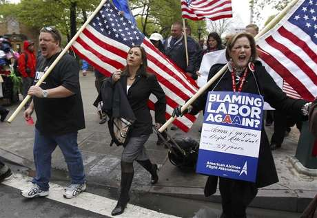 Donna J. Gaspero (R), an American Airlines flight attendant for 37 years, marches with Laura Glading (C), president of the Association of Professional Flight Attendants (APFA), during a rally to save jobs at American Airlines and American Eagle, as hearings to void labor contracts begin at the U.S. Bankruptcy Court in New York in this April 23, 2012, file photo. Pilots at United Airlines and American Airlines are due to vote in coming weeks on new labor contracts that in some cases offer the first significant raises in almost a decade. But the carriers, citing high risks that the recovery in their fortunes could stall, are not prepared to improve contracts across the board, industry experts and airline executives say. That means labor relations could remain rocky. Flight attendants for U.S. Airways Group voted overwhelmingly last week to authorize a strike, saying their latest contract offer still reflects the days when airline profits were in free-fall. To match Analysis AIRLINES-LABOR/ Foto: Mike Segar / Reuters