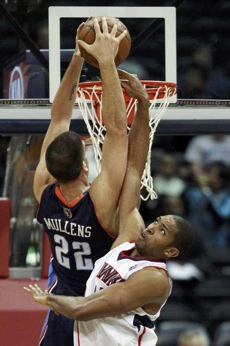 Byron Mullens (22), de los Bobcats de Charlotte, intenta encestar sobre la defensa del dominicano Al Horford, de los Hawks de Atlanta, en la primera mitad del juego del miércoles 28 de noviembre de 2012, en Atlanta.  Foto: John Bazemore / AP