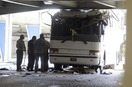 Miami International Airport Police and fire rescue personnel investigate the crash of a tour bus containing 30 passengers that struck an overpass at the Miami International Airport, Florida December 1, 2012. At least one person was killed and the seven injured were taken to a hospital. Foto: Gaston De Cardenas / Reuters