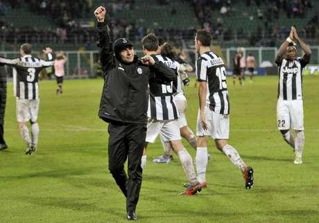 El técnico Antonio Conte y los jugadores de la Juventus festejan el triunfo que mantiene líder al equipo de Turín. Foto: AP