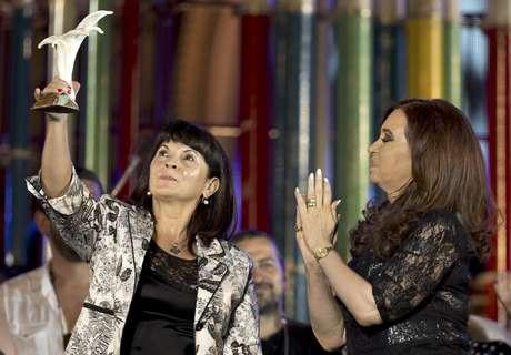 La presidenta argentina Cristina Fernández (der) aplaude a Susana Trimarco luego de entregarle un premio de derechos humanos el 9 de diciembre del 2012 en Buenos Aires. Empeñada en encontrar a una hija desaparecida, Trimarco ha rescatado a cientos de mujeres que estaban siendo forzadas a prostituirse.  Foto: Victor R. Caivano / AP