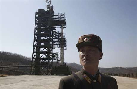 A soldier stands guard in front of a rocket sitting on a launch pad at the West Sea Satellite Launch Site, during a guided media tour by North Korean authorities in the northwest of Pyongyang in this April 8, 2012 file photo. Foto: Bobby Yip / Reuters