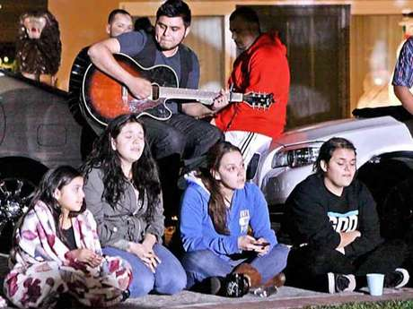 Michael, el hijo mayor de 'la diva de la banda', tocó para su tía Rosie (de azul) y su hermana Jenicka (de negro). Foto: Reforma