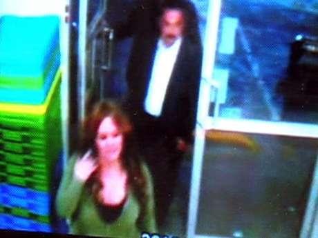 Jenni Riveraaparece en el video de seguridad de una tienda cercana al Aeropuerto de Monterrey, en su última escala antes de abordar. Foto: Reforma