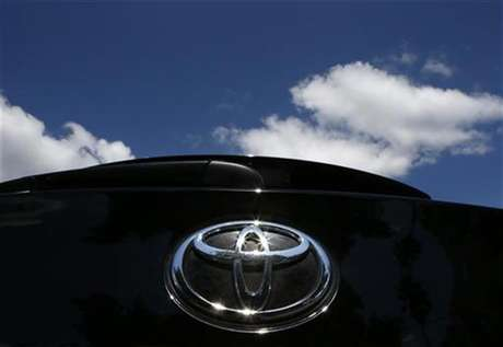 The Toyota logo is seen on a car in Los Angeles October 10, 2012. Foto: Lucy Nicholson / Reuters