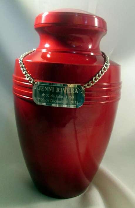 La urna de Jenni Rivera es de bronce, pesa cerca de un kilo y medio y mide 30 centímetros; trae una placa con los datos de la cantante. Foto: Reforma