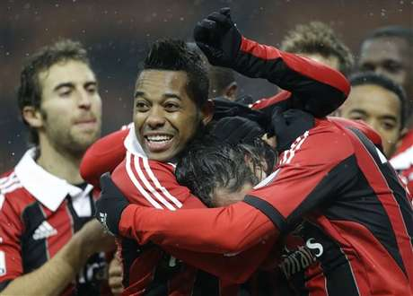 AC Milan players celebrate after a goal in their 3-0 win over Reggina in the Italian Cup on Thursday.  Foto: AP in English
