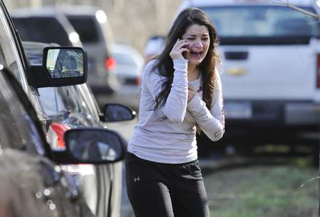 A woman waits to hear about her sister, a teacher, following a shooting at the Sandy Hook Elementary School in Newtown, Conn., about 60 miles (96 kilometers) northeast of New York City, Friday, Dec. 14, 2012. Foto: AP