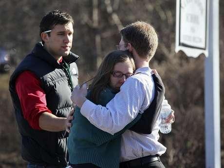 Unas personas se consuelan mutuamente en el exterior de la escuela Sandy Hook en Newtown, en Connecticut, después de registrarse el tiroteo. Foto: EFE en español