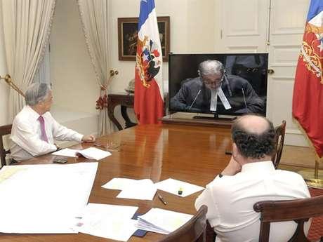 El Presidente Sebastián Piñera y el canciller Alfredo Moreno siguen la última exposición chilena desde las 06:00 horas. Foto: EFE