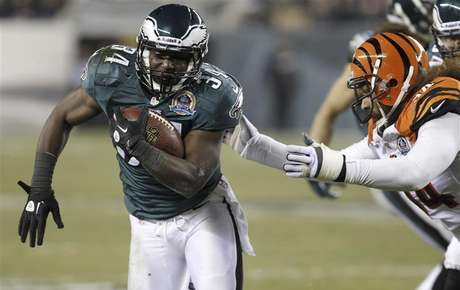Philadelphia Eagles Bryce Brown (34) avoids a tackle from the Cincinnati Bengals Domata Peko (R) during the second quarter of their NFL football game in Philadelphia, Pennsylvania, December 13, 2012. Foto: Tim Shaffer / Reuters