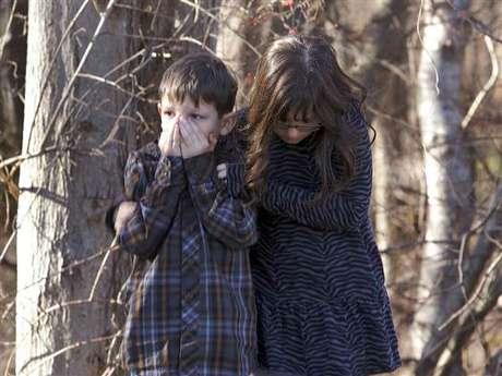 Los niños también perciben el dolor y la tristeza tras una matanza como la de Sandy Hook. Foto: Divulgación