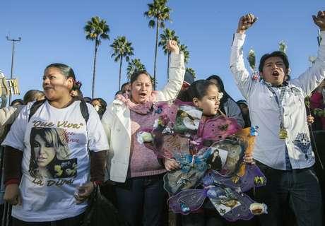 Fans y familia de Jenni Rivera llegaron al Gibson Amphitheatre para el memorial de 'La Diva de la Banda' Foto: AP