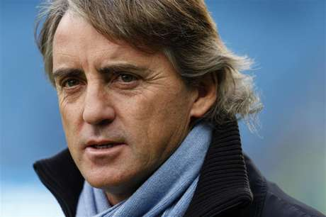 Manchester City manager Roberto Mancini walks onto the pitch before their English Premier League soccer match against Manchester United at The Etihad Stadium in Manchester, northern England December 9, 2012 Foto: Eddie Keogh / Reuters