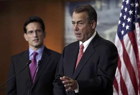 "U.S. House Speaker John Boehner (R-OH) (R) and House Majority Leader Eric Cantor (R-VA) speak to the media on the ""fiscal cliff"" on Capitol Hill in Washington, December 21, 2012. Foto: Yuri Gripas / Reuters"