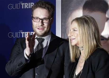 """Barbra Streisand and Seth Rogen, stars of the new film """"The Guilt Trip"""" pose as they arrive at the film's premiere in Los Angeles December 11, 2012. Foto: Fred Prouser / Reuters"""
