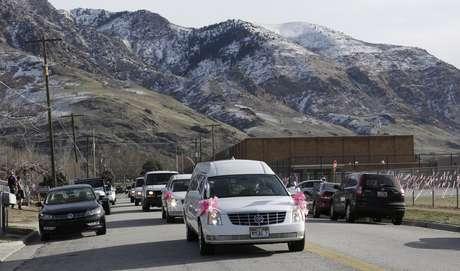 El cuerpo de Emilie Parker, de 6 años de edad, es trasladado al cementerio para darle sepultura.  Foto: AP