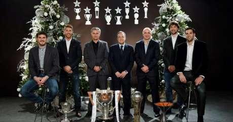 Florentino, Mourinho and the team's captains show off their holiday spirit.  Foto: Terra