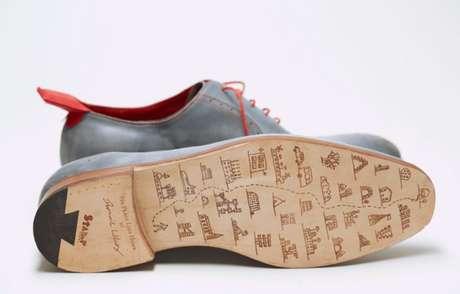 El zapatero inglés Dominic Wilcox diseñó un calzado que tiene un lector de GPS incorporado en el talón izquierdo. Quienes los usen debe conectar su destino en un programa de computadora y luego subirlo al zapato a través de un cable de USB. Foto: Divulgación