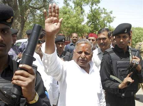 Samajwadi Party Chief Mulayam Singh Yadav waves to his supporters after he filed his nomination at Mainpuri in the northern Indian state of Uttar Pradesh in this April 17, 2009 file photo. The Samajwadi Party (SP) is led by Yadav, 72, a former wrestler who harbours prime ministerial ambitions. He opposes many of the government's economic reforms but supports Singh's coalition to block the rise of the Hindu nationalist Bharatiya Janata Party (BJP), the main opposition in parliament. Foto: Pawan Kumar / Reuters