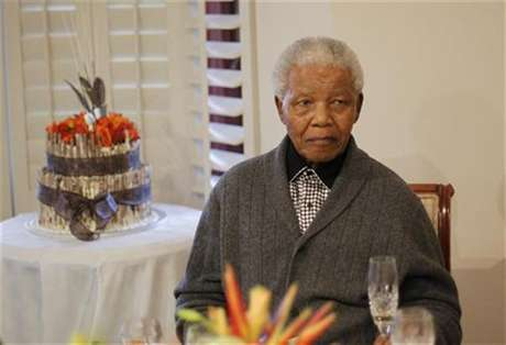 Former South African president Nelson Mandela looks on as he celebrates his birthday at his house in Qunu, Eastern Cape July 18, 2012. Foto: Siphiwe Sibeko / Reuters