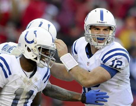 Indianapolis Colts quarterback Andrew Luck (R) and wide receiver Donnie Avery (L) congratulate wide receiver Reggie Wayne on his go-ahead touchdown during the second half of Colts' win in their NFL football game in Kansas City, Missouri December 23, 2012. Foto: Dave Kaup / Reuters