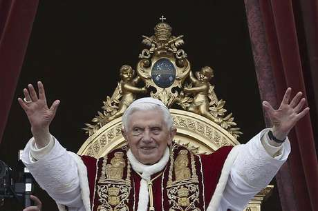 """Pope Benedict XVI (C) waves as he blessed the crowd as he makes his """"Urbi et Orbi"""" (To the city and the world) address from a balcony in St. Peter's Square in Vatican December 25, 2012. Foto: Alessandro Bianchi / Reuters"""