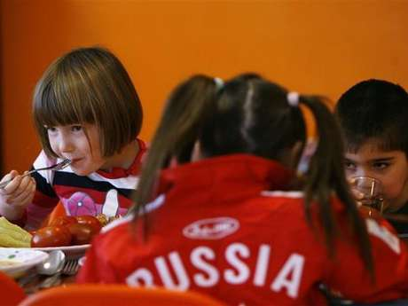 Orphan children have a meal at an orphanage in the southern Russian city of Rostov-on-Don. Foto: Reuters