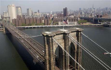 The Brooklyn Bridge and lower Manhattan is seen from a helicopter in New York City, April 22, 2010. Foto: Jim Young / Reuters