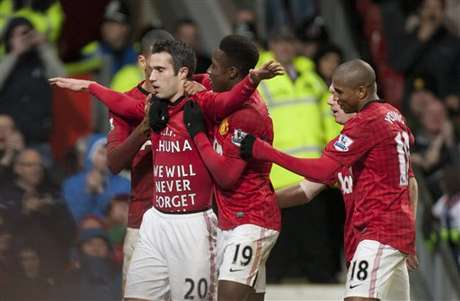 Robin van Persie celebrates his late goal to seal the win for Manchester United over West Brom.  Foto: AP in English