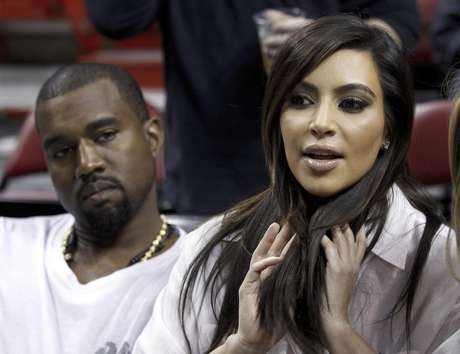 Kim Kardashian, derecha, habla mientras el rapero Kanye West, izquierda, la escucha antes de un partido de la NBA entre el Heat de Miami y los Knicks de Nueva York en esta fotografía de archivo del 6 de diciembre de 2012, en Miami. West anunció en un concierto el domingo 30 de diciembre de 2012 que su novia Kardashian está embarazada.  Foto: Alan Díaz, archivo / AP