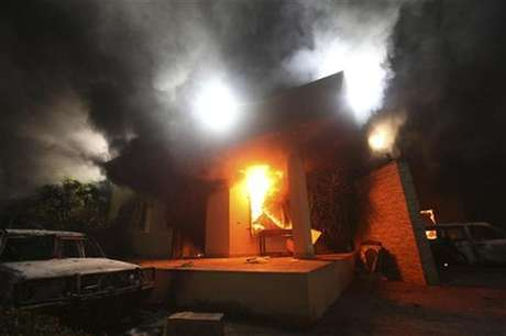 The U.S. Consulate in Benghazi is seen in flames during a protest by an armed group said to have been protesting a film being produced in the United States September 11, 2012. Foto: Esam Al-Fetori / Reuters