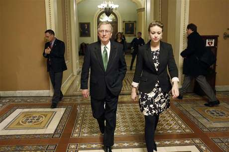 U.S. Senate Minority Leader Mitch McConnell (C) departs the senate floor with an aide after a senate vote in the early morning hours at the U.S. Capitol in Washington January 1, 2013. Foto: Jonathan Ernst / Reuters