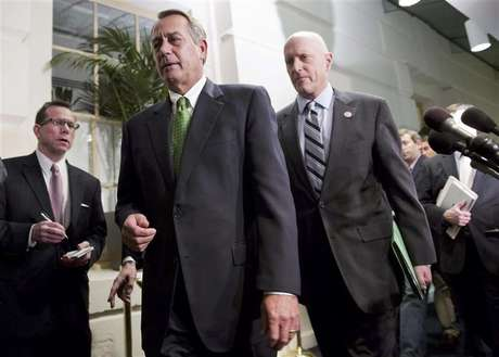 """Speaker of the House John Boehner (R-OH) (front, in green tie) walks with Congressman Dave Camp (R-MI) (R) after a meeting with House Republicans about a """"fiscal cliff"""" deal on Capitol Hill in Washington January 1, 2013. Foto: Joshua Roberts / Reuters"""