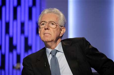 """Italy's outgoing Prime Minister Mario Monti poses before the taping of the talk show """"Otto e mezzo"""" (Eight and a half) at La7 television in Rome January 4, 2013. Foto: Max Rossi / Reuters"""