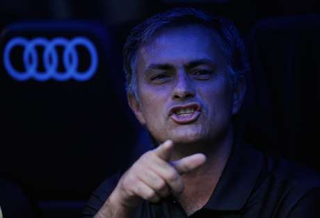 Jose Mourinho is captured watching his son's practice after he said he would be working on Monday.  Foto: Getty Images